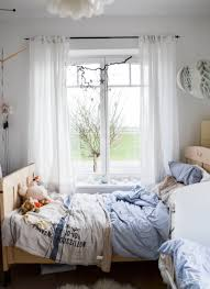 Schlafzimmer Bett Am Fenster Ein Schlafzimmer Mit Einem Großen