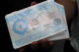 Украинские дипломы сделают бумажными так дешевле