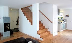 Beim teppich verlegen auf treppen beginnen sie vorzugsweise immer oben und arbeiten sich nach unten vor. Holzstufen Auf Betontreppe Massive Treppenstufen Aus Holz Bucher Treppen Das Original