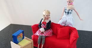 Barbie puppen barbie kleider barbie familie barbie haus möbel barbie sachen barbie prinzessin schnittmuster puppenkleidung echt witzig basteln und selbermachen. Barbie Sofa Aus Tempobox Und Stoffresten Basteln