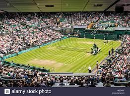 Blick auf den Center Court voller Zuschauer, die ein Spiel in Wimbledon All  England Lawn Tennis Club Meisterschaften. Wimbledon Stockfotografie - Alamy