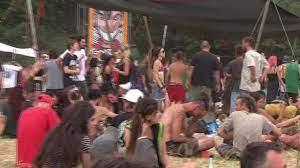 Pisa, maxi rave party illegale: migliaia di giovani senza mascherina da  mezza Europa per due giorni -