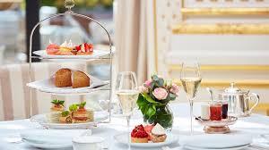 جلسات خارجية,ديكورات حدائق وفلل 2021,طاولات تقديم الشاي. إتيكيت تقديم الحلويات للضيوف في العزومات