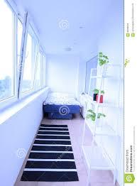 Weißer Leerer Heller Raum Mit Sofa Regal Anlagen Fenster