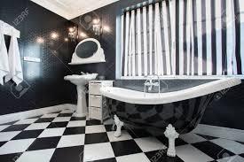 Schwarz Weiß Badewanne Im Badezimmer Horizontal Lizenzfreie Fotos