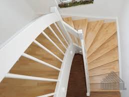 Vor allem buche, ahorn oder eiche kommen beim treppenbau zum einsatz. 1 2 Gewendelte Treppe In Buche Keilgezinkt Wangen Und Gelander Deckend Weiss Lackiert Gewendelte Treppe Treppe Treppe Haus