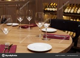 Tisch Im Restaurant Mit Weinkühlschrank Im Hintergrund
