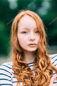 Krásná Dívka S Zelené Oči A Dlouhé Kudrnaté Zrzavé Vlasy V Létě