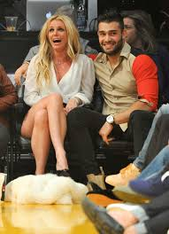 Britney spears scored her first legal victory against father jamie spears during a tense court battle over the singer's ongoing conservatorship. Britney Spears Kissing Boyfriend At La Lakers Game Nov 2017 Popsugar Celebrity