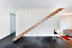 Da man diese treppen eher erklimmt als beschreitet und zusätzlich meist noch die hände voll hat, muss man sich auf trittsicherheit verlassen können. Eine Treppe Ohne Gelander Ist Das Uberhaupt Erlaubt