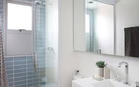 Veja como usar cores diferentes, marcenaria inteligente, azulejos e revestimentos personalizados para decorar banheiros e lavabos. Banheiros Pequenos 12 Projetos Com Boas Ideias De Decoracao Casa E Jardim Decoracao