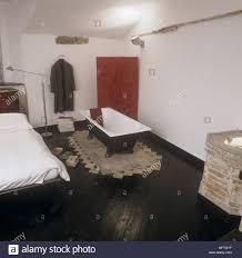 Schlafzimmer Mit Doppelbett Und Freistehende Badewanne Stockfoto