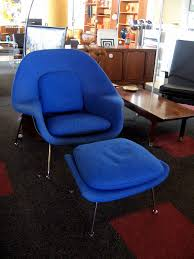 ... Saarinen Womb chair with ottoman blue in room ...