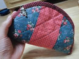 Quilted Zippered Cosmetic Bag Tutorial. ~ DIY Tutorial Ideas! & How to make a cute quilted cosmetic zippered bag! Quilting and patchwork.  DIY Tutorial Adamdwight.com