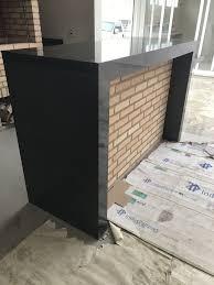 O piso de granito preto semi absoluto possui grãos bem pequenos, fazendo esta pedra uniforme e homogêneas. Granito Preto Semi Absoluto Granito Preto Granito Ambientes Planejados