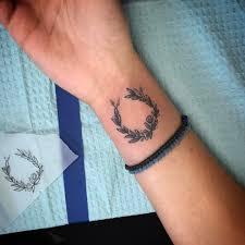 татуировка лаврового венка на запястье девушки фото рисунки эскизы