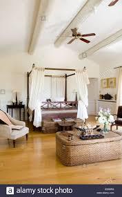 Schlafzimmer Mit Peddigrohr Truhe Vier Himmelbett Und