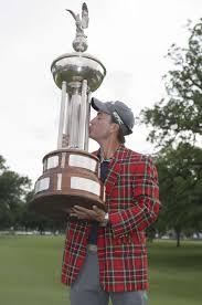 kevin kisner kisses the chionship trophy after winning the dean deluca invitational golf tournament