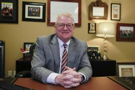 Mesa Sen. Bob Worsley is the man in the middle of state budget ...