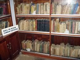 Hasil gambar untuk buku koleksi bung karno di rumah pengasingan bengkulu