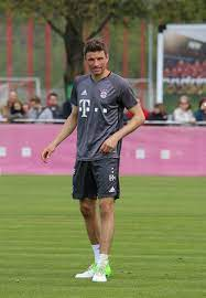 Datei:Thomas Mueller Training 2017-05 FC Bayern Muenchen-3.jpg – Wikipedia