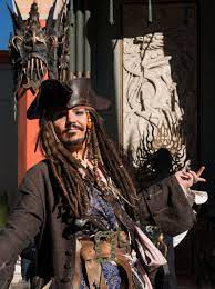 ملف:Dale Clark poses as Johnny Depp, in Pirates of the Caribbean, 24391.jpg  - ويكيبيديا
