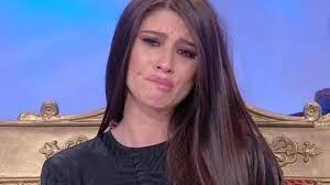 Angela Nasti con il seno di fuori | Sembra di plastica