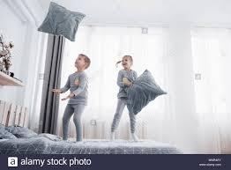 Kinder Im Bett Der Eltern Kinder Aufwachen Im Sonnigen Weißen