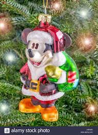 Weihnachtskugel Hängen Von Einem Baum In Der Form Von Mickey