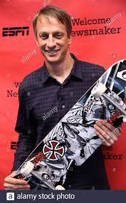 Professionelle skate Boarder und Schauspieler Tony Hawk ist für ein Foto  bei ESPN in Bristol, Connecticut posieren Stockfotografie - Alamy