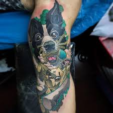 мужская татуировка на бицепсе собака яркий пример метла тату