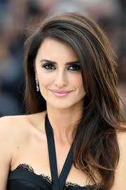penelope cruz contrasted her heavily lined eyes with a soft pink lip