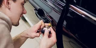 locksmith removing car door lock
