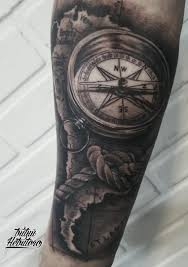 тату черно белый реализм компас с картой на предплечье