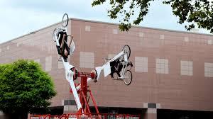 afgelopen zaterdagmiddag trokken de crazy bikers van uniqcycle veel belangstelling toen zij als potsenmakers in zeer opvallende kleurrijke kostuums door