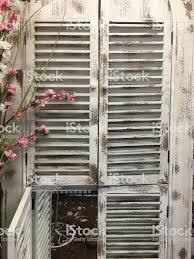 Alte Weiße Holz Fensterläden Stockfoto Und Mehr Bilder Von Alt Istock