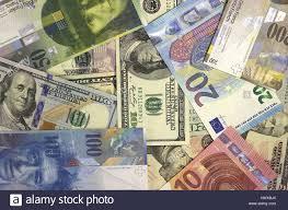 Sfondo di denaro dollari americani, euro e franco svizzero Foto stock -  Alamy