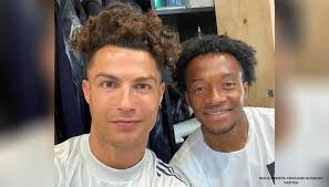 Most of the ronaldo hair cuts are with medium hair. Cristiano Ronaldo Mimicks Juan Cuadrado S Hairstyle Invites Fans Reaction