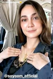 Artis cantik bernama asli luna maya sugeng ini dikenal luas masyarakat indonesia sebagai seorang aktris, model, presenter dan penyanyi di indusri hiburan luna maya lahir di denpasar, 26 agustus 1983. Pakai Kalung Mirip Salib Luna Maya Dituding Pindah Agama