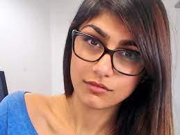 """مايا خليفة بلباس مثير مع لبنانيين """"صور"""""""