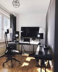 Untuk membuat studio musik diperlukan ruangan yang luas, karena membutuhkan banyak ruang untuk alat musik serta perlengkapan pendukung lainnya. Google Image Result For Https I0 Wp Com Www Extraspace Com Blog Wp Content Uploads 2018 06 Turning Spare Room Into Home Music Room Rumah Desain Rumah Desain