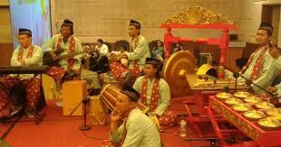 Kalau diperhatikan alat musik betawi baik dari segi bentuk maupun namanya mendapat pengaruh yang kuat dari sejumlah etnis di antaranya tionghoa, arab, india, sunda, dan beragam etnis. 20 Alat Musik Tradisional Betawi Dan Orkestra Yang Dimainkannya Adat Tradisional