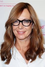 إذا كنت فوق الخمسين وترتدين نظارة طبية إليك تسريحات