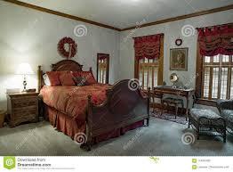 Viktorianisches Schlafzimmer Mit Roter Damast Daunendecke