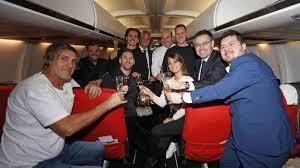 La celebración del Balón de Oro de Messi en el avión del Barça