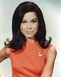 E ancora: Mary Tyler Moore (foto a sinistra), che fu regina (negli anni '70, ma il suo personaggio entrò in altre serie nel ... - mary_tyler_moore
