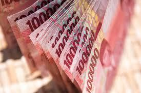 Anak-anak akan senang ketika menerima lembaran uang baru.