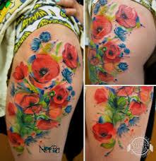 красные и синие цветы на бедре фото татуировок
