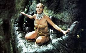 Kong'un ann'in güzelliğinden etkilenip ona aşık olmasıyla, hikaye yepyeni bir yöne doğru ilerler. The Kaput King Kong That Almost Broke Jessica Lange