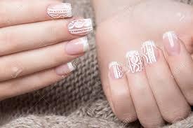 女性の手に雪の白のマニキュア冬ネイル デザインウールの背景の